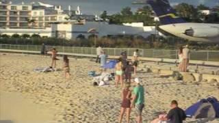Avión vs personas - Aeropuesto junto a una playa