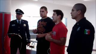 Cain Velasquez con la Policia Federal Mexicana