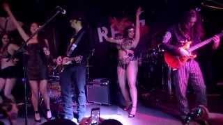 Eiza Gonzalez cantado Siente Mi Amor en la fiesta de estreno de From Dusk Till Dawn: The Serie