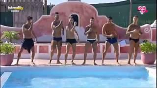 Rapazes dançam para as meninas