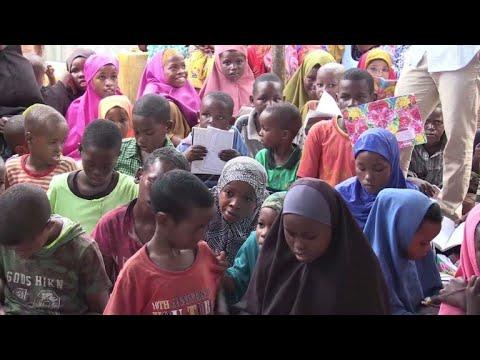طلاب يتطوعون لتعليم اطفال النازحين في الصومال