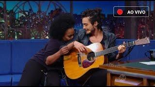 """Tiago Iorc faz versão romântica de """"Roça Roça"""" do Mc Brinquedo no The Noite (01/04/2016)"""