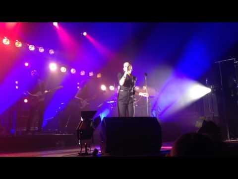 tina-arena-never-tear-us-apart-live-inxs-cover-forum-london-26-01-16-christopher-johnson