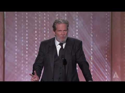 Jeff Bridges honors Lynn Stalmaster at the 2016 Governors Awards