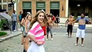 As meninas atrapalham os meninos no jogo de futebol