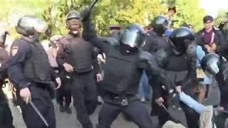 Полицейские избивают лежащих