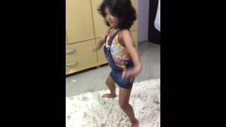 Melina Ramos dançando anita