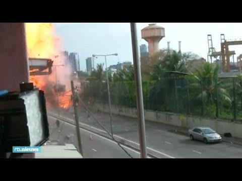 Sri Lankaanse politie brengt verdachte auto tot ontploffing - RTL NIEUWS