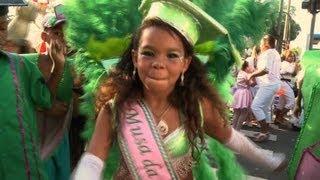 Crianças abrem desfiles no Rio