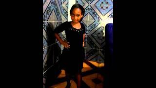 Mariany dançando show das poderosas