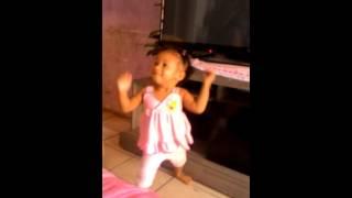 Sofia  de 1 ano dançando funk