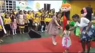 Ester da Cruz cantando com a tia Adrianinha