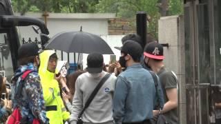 EXO穿橄欖球衣亮相《MUSIC BANK》彩排