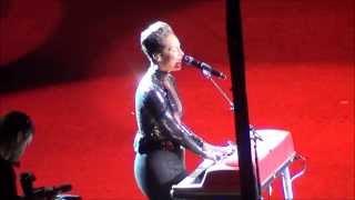 A Woman's Worth Alicia Keys 2013 live