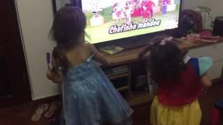 Lara e Manu dançando Xuxa só para baixinhos 2