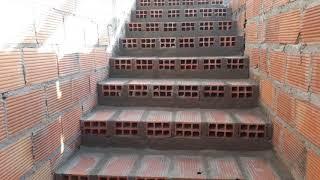 Escada feita os degrau de bloco.