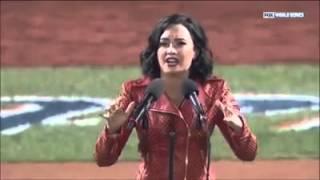 Demi cantando o Hino Nacional dos Estados Unidos (2015)