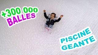 PISCINE à BALLES GÉANTE - FUN & BAIGNADE dans + 300 000 BALLES 😀Sortie fun en famille