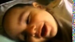 Hermoso bebe que se rie al escuchar sonidos