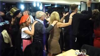 Noiva a dançar a Apita o Comboio