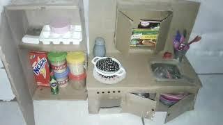 Mostrando a cozinha de brinquedos atualizada das meninas