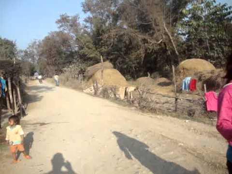 14 13 Prof  Juan Lázara recorre aldea cerca de Lumbini, Nepal, lugar de nacimiento de Buddha