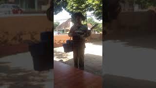 Penjual Rambut Nenek Keliling Pandai Bermain Alat Musik