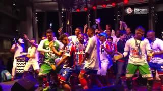 CARNAVAL EM SALVADOR! Ao som do Psirico, jogadores do Bahia fazem a festa após o título do Nordestão