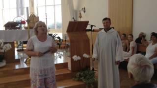 Kunigas Rimvydas ir soliste Nida Grigalaviciute pribloske po Misiu su daina Nidos baznycioje