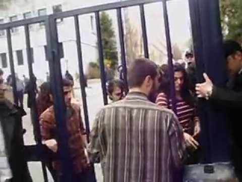 Özel güvenliklerin yemek arabalarına kapattığı kapıyı üniversiteliler açtı