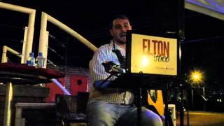 Decida cantada por Elton Acústico na Fábrica 1