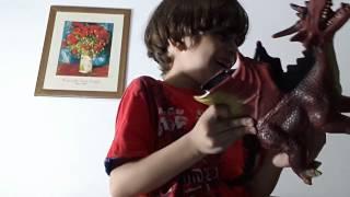 criança mostrando alguns de seus brinquedos