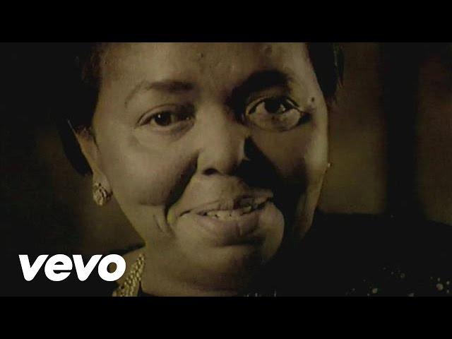 Videoclip oficial de la canción Sangue de Beirona de Cesária Évora