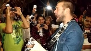 Tom Meighan singing with fans in Lima - Perú