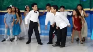 Camila y su grupo en baile de graduación