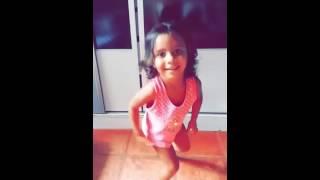 Menina de 3 anos dançando funk