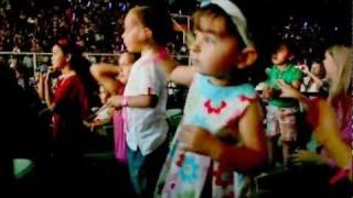 Ana Carolina dançando Vamos dar a Volta ao Mundo