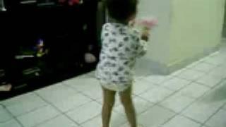Nina dançando Madonna