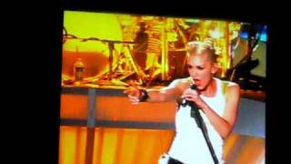 No Doubt performs Simple Kind of Life