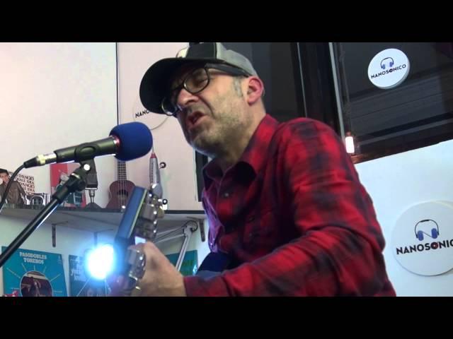 """Vídeo de Víctor Coyote interpretando su canción """"Yo, el extraño"""" en formato acústico."""