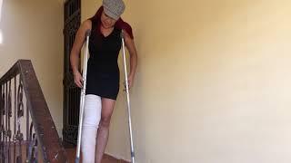 Como usar muletas para subir y bajar escaleras