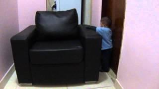 João arrastando o sofá