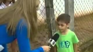 mulher entrevista o menino com pergunta besta