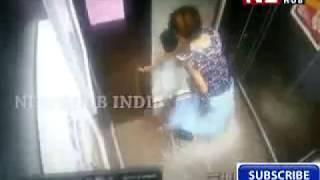 लिफ्ट में फसा बच्ची का हाथ फिर देखिये आगे माँ ने क्या किया