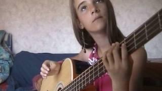 Tilla - la bassiste en herbe