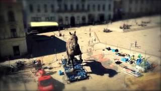 A Sforza-ló építése a pécsi Széchenyi téren (2014. március)