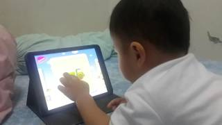 Kids playing flash card by Baby TV
