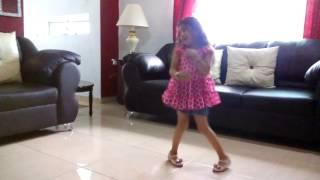 Niña bailando cumbia