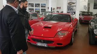 Royce king u svoj auto salon pokazuje svom priljatelju elvisu