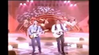 """Trechos - Mano a Mano cantando ''Continua a Chover'' no """"Sabadão Sertanejo"""" (SBT - 1993)"""
